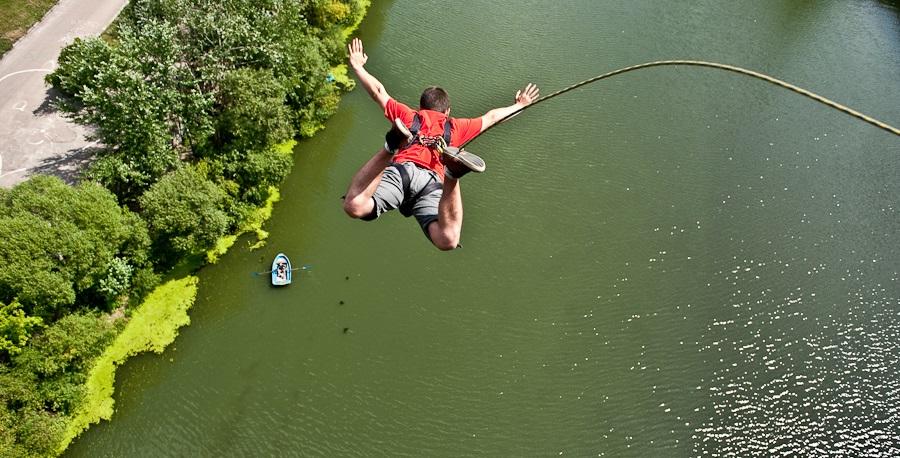 Современная бизнес идея. Прыжки с веревкой, роупджампинг для экстремальных клиентов